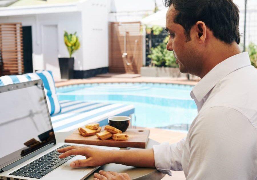 Trabajando en la orilla de una piscina de Ibiza