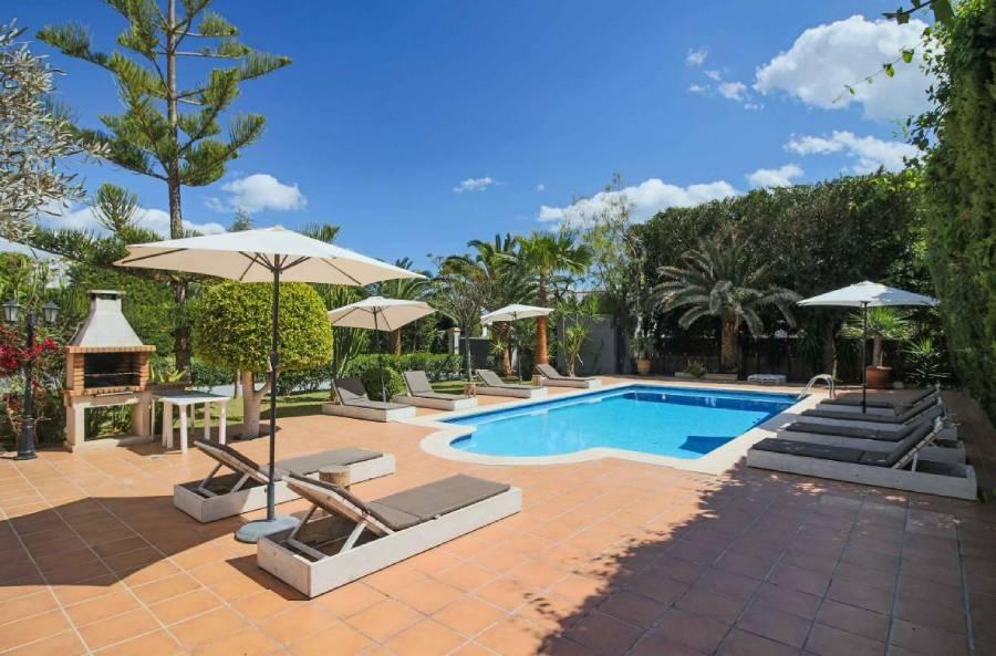 Swimming pool in villa Wicker